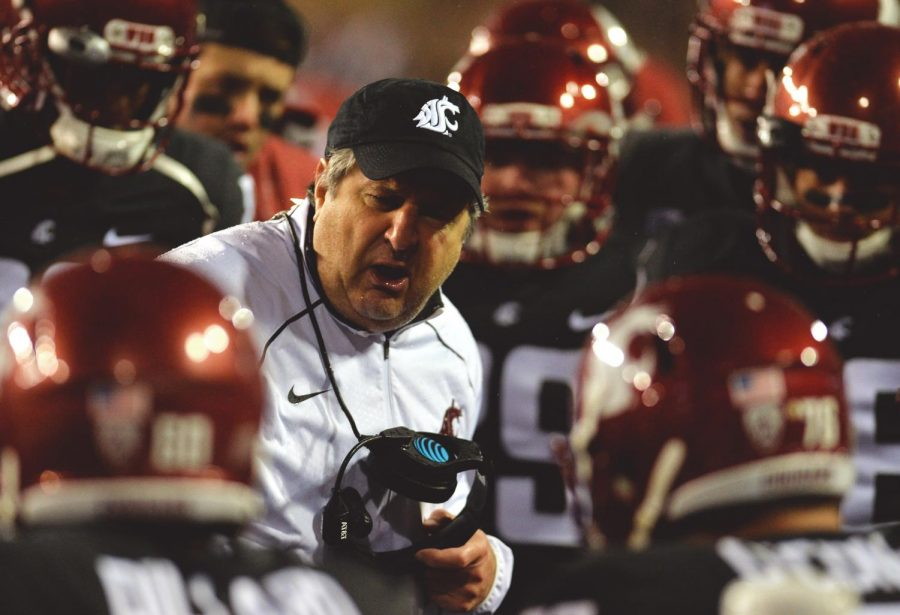 WSU+Head+Coach+Mike+Leach+speaks+with+the+offense+after+a+poor+play+%0Aagainst+Colorado+in+Saturday+night%E2%80%99s+win+over+the+Buffaloes.