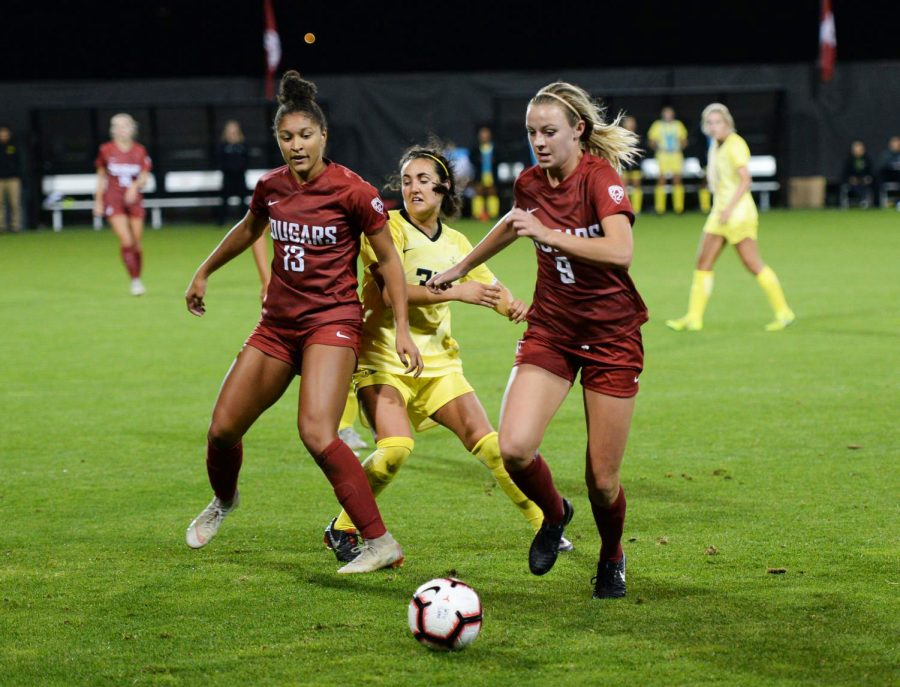 Then-sophomore+midfielder+Sydney+Pulver+navigates+the+ball+as+then-sophomore+forward+Elyse+Bennett+blocks+Oregon+defense+during+the+game+against+Oregon+on+Sept.+27%2C+2018+at+the+Lower+Soccer+Field.