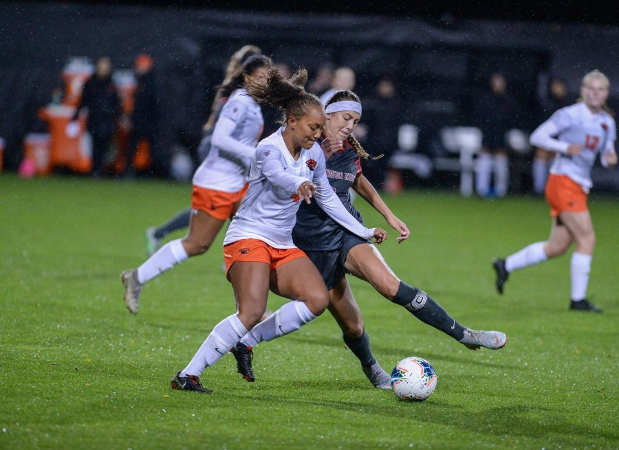 Senior+forward+Morgan+Weaver+takes+control+of+the+ball+against+OSU+on+Sep+28+at+the+lower+soccer+fields.