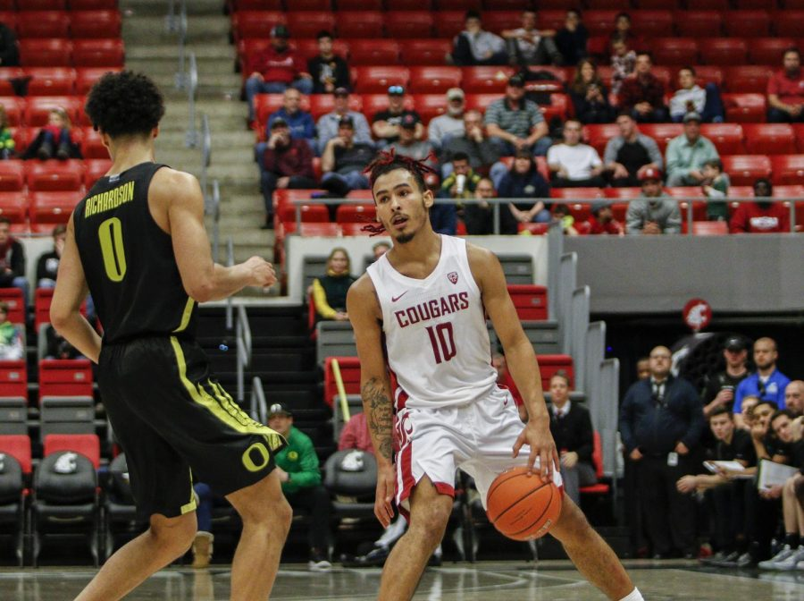 Junior+guard+Isaac+Bonton+dribbles+down+the+court+against+the+University+of+Oregon+Ducks+on+Jan.+16+at+Beasley+Coliseum.+The+WSU+Cougars+won+the+game+72-61.